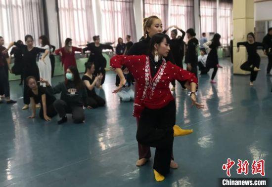 台湾大学生来到西北师范大学敦煌学院,学习和领悟敦煌舞的精髓。 丁思 摄