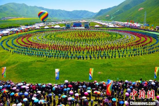 """图为甘南州举办""""九色甘南香巴拉艺术节""""。每年夏天,甘南草原上都会举行赛马节、锅庄舞比赛、香浪节等盛大节日。 钟欣 摄"""