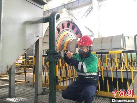 10月中下旬,中新网记者走访位于甘肃省金昌市境内的金川集团有限公司选矿厂二选矿车间。图为苏永剑控制阀门的工作现场。 张婧 摄