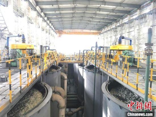 图为金川集团选矿区的矿浆搅拌槽。 张婧 摄