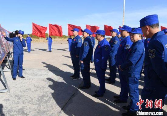 10月20日,酒泉卫星发射中心科技干部观看第一发国产地地导弹发射图片展 汪江波 摄