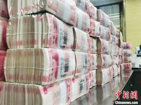 人民币整齐摆放,等待装箱送往金库。(资料图) 艾庆龙 摄