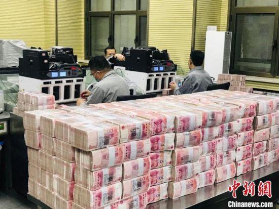 银行工作人员清点工作实况图。(资料图) 艾庆龙 摄