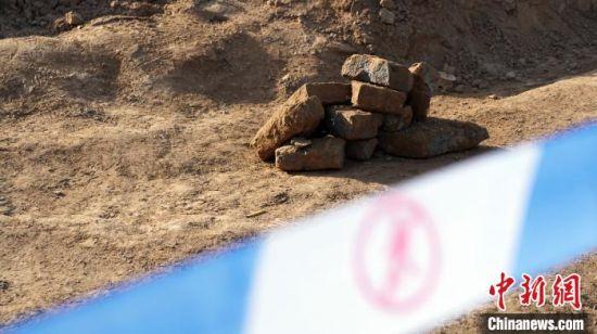 图为古墓旁边堆砌的几块墓砖。 魏建军 摄
