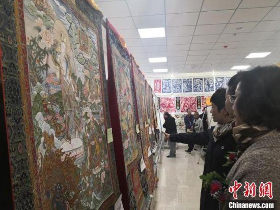展览期间,来自甘肃14个市州的民间艺人带来了洮砚、唐卡、刻葫芦、敦化壁画、临夏砖雕、剪纸等涵盖10个品类550多件作品。 杜萍 摄