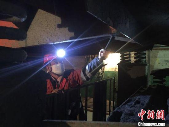 10月中下旬,中新网记者探访了位于甘肃省金昌市的金川集团千米矿井。图为井下维修钳工张海军的工作场景。 张婧 摄