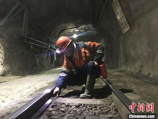 图为张海军日常检查矿运铁道。 张婧 摄