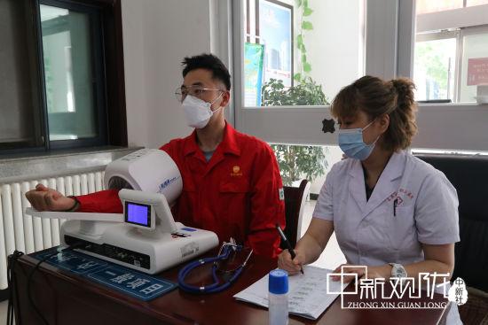 2020年8月26日,西安宝石花长庆医院医务人员以及流动体检车在采油十一厂机关公寓楼为200余名干部员工进行体检。