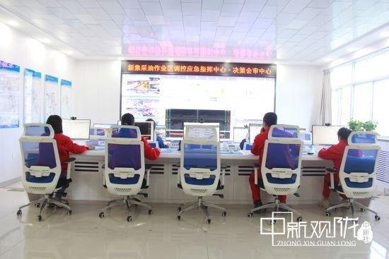 长庆油田采油十一厂新集作业区建成首个数字化作业区,员工坐在中控室就可以监控30公里外的油水井。