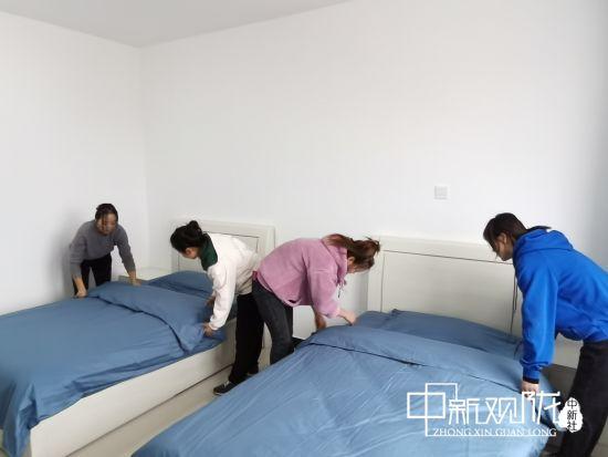 2020年国庆期间,长庆油田采油十一厂桐川前线保障点工作人员放弃休息,为员工早日入住正在紧张有序的准备中。
