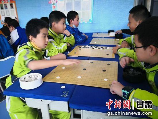 图为小棋手对弈。