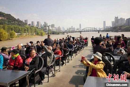 图为兰州水运集团邀请60岁及以上老年人免费登船游览黄河美景。(资料图) 刘玉桃 摄
