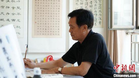 图为甘肃金昌市金川区居家养老服务中心老人写书法。(资料图) 魏建军 摄