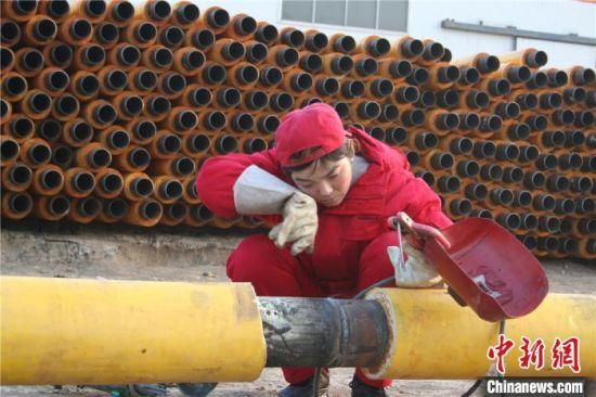 当焊工的14年里,刘玲玲带领团队行程数十万里,焊接管线长度能从西安往返北京一个来回,完成大小焊口5万多个,合格率100%。(资料图) 受访者供图 摄