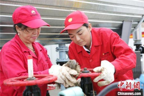 刘玲玲(右)正和工友检修器械。(资料图) 受访者供图 摄