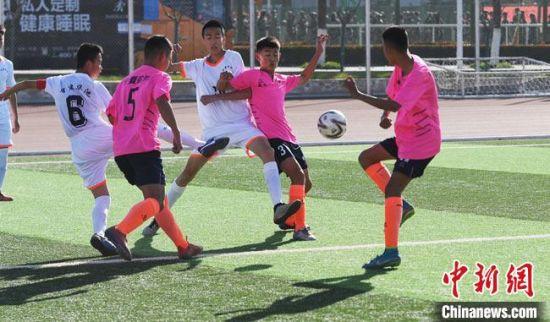 10月23日,来自陕甘宁革命老区的青少年足球队员在甘肃庆阳绿茵场上竞技。 杨艳敏 摄