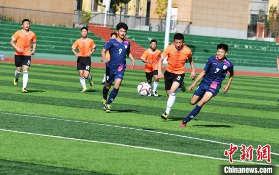 图为青少年足球选手在比赛中。 杨艳敏 摄