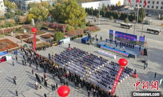 10月26日,由国家牧草产业技术体系和庆阳市主办的第八届(2020)全国草产业高质量发展大会在甘肃庆阳市环县召开。图为开幕式现场航拍。 郭锋 摄