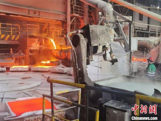 图为10月中下旬,金川集团铜业公司熔炼分厂熔炼车间铜阳极板浇铸。 崔琳 摄