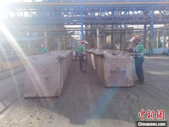 """图为熔炼车间生产出来的铜阳极板。阳极铜俗称""""粗铜"""",是以铜精矿为原料熔炼的铜中间产品,一般含铜量98%~99%。 崔琳 摄"""