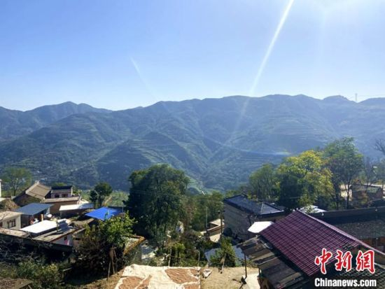 10月下旬,甘肃陇南市西和县洛峪镇崔马村山夹着山,植被茂密。 高康迪 摄