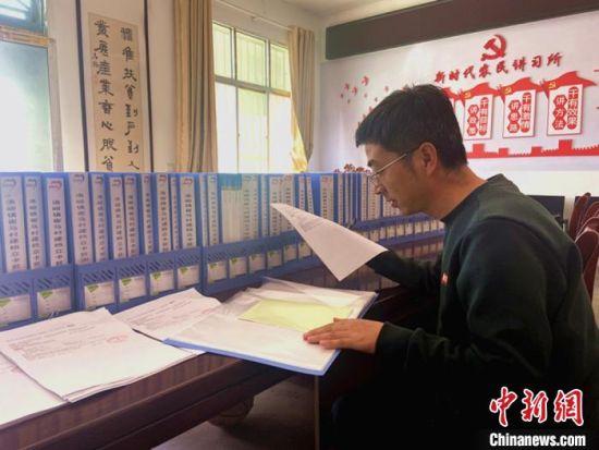 10月下旬,崔马村驻村帮扶队长正在整理农业保险资料。 高康迪 摄