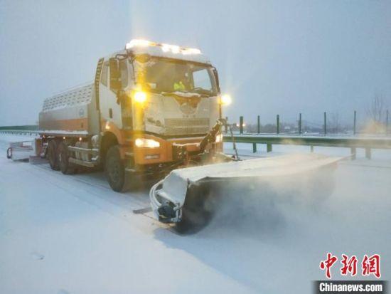 10月27日,甘肃临夏境内普降雨夹雪,局部地区积雪深度达26厘米。图为应急除雪机械进行除雪作业。 杨元鹏 摄