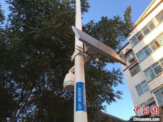 图为位于凉州区街道的环境监测设备。 张婧 摄
