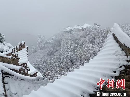 10月27日,位于甘肃省平凉市的国家首批5A级旅游景区――崆峒山迎来了金秋第一场降雪。洁白的雪花覆盖了崆峒山原本层林尽染的秋色,漫山银装素裹,云山雾绕。 王宗智 摄