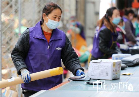 圆通庆阳公司工人分拣包裹。