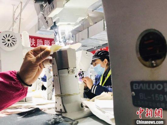 在厦门援建的扶贫车间内,临夏妇女在打工挣钱。 艾庆龙 摄