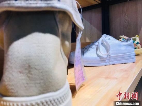 近年来,甘肃临夏州依托东西部扶贫协作平台,引进鞋业、包袋、食用菌种植等企业,带动贫困户就近就业。图为贫困户在扶贫车间生产的休闲鞋。 艾庆龙 摄