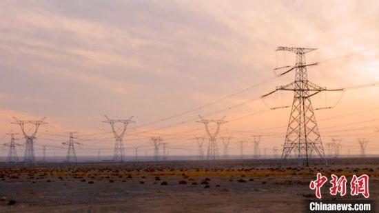 10月29日傍晚,位于甘肃酒泉市瓜州境内的祁韶特高压直流输电工程线路。 张子墨 摄