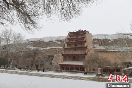 图为2017年1月拍摄的莫高窟九层楼雪景。(资料图) 杨艳敏 摄