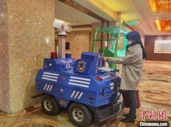 图为安防机器人。 崔琳 摄