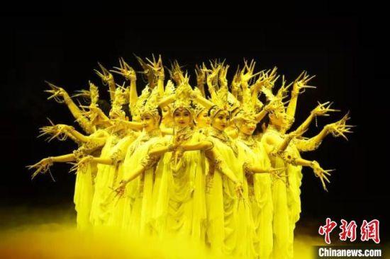 5月23日晚,40年来,中国经典舞剧《丝路花雨》在40多个国家和地区演出近3000场次,观众超过450万人次。图为演员在纪念晚会上表演《丝路花雨》经典场景。 (资料图) 杨艳敏 摄
