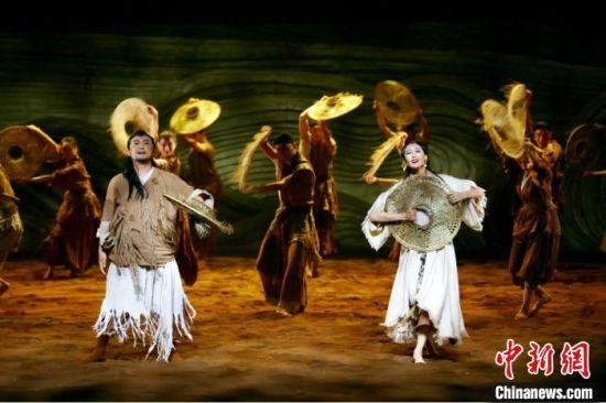 11月13日至14日,由来自日本、以色列、中国等国内外的舞台创作精英力量组团编创的大型文旅演艺舞剧《问道崆峒》在甘肃省会城市兰州进行审演。图为舞剧片段。 高展 摄