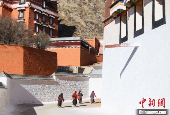 11月上旬,夏河县拉卜楞寺内一景。 高展 摄
