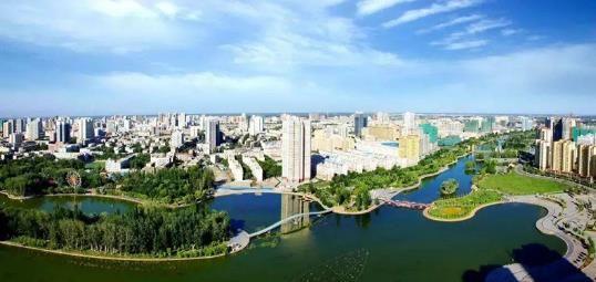 阿克苏市是一座生机勃勃、美丽宜人的城市。张晖 摄