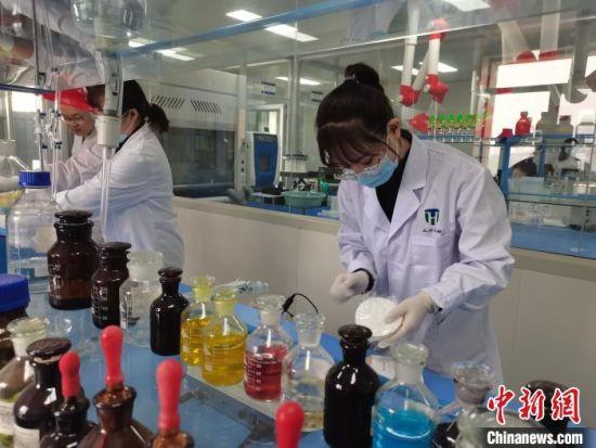 图为兰州天禾生物催化技术有限公司生产的实验室里科研人员在做研究。 龚智宏 摄