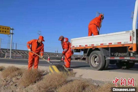 公路养护工每年入冬以后,必须在道路两旁备防滑料。受访者供图