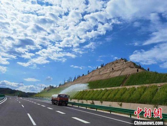 图为甘肃省重要的北出口道路景泰至中川机场高速公路目前已全线建成,将于11月26日全线通车试运营。 孙茜 摄