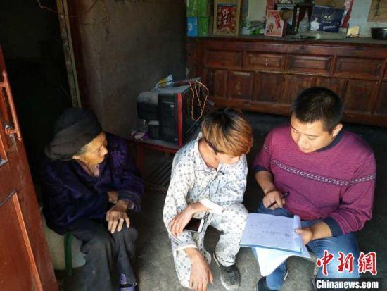 图为甘肃省基层民政部门工作人员开展入户调查。 甘肃省民政厅供图