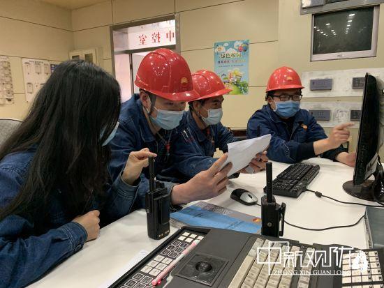 裂解炉技术人员分析查看运行参数。