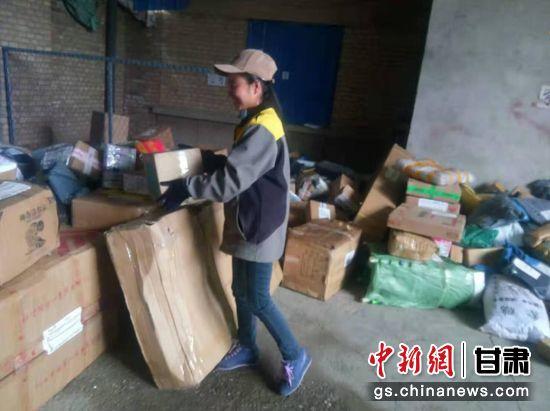 每天早晨,宋玉凤都要整理要送的货物。(资料图) 受访者供图