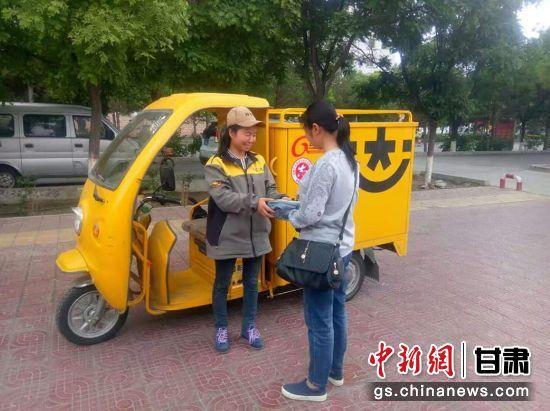 宋玉凤每天骑着小车在各个小区门口送快递。(资料图) 受访者供图