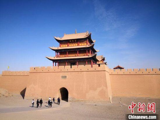 图为11月初,世界文化遗产甘肃嘉峪关关城游人不绝。 冯志军 摄