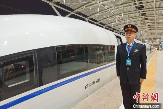 11月19日7时20分,D55303次动车组列车从银川火车站缓缓驶出开往西安方向,经过3小时51分试运行,于11时11分安全抵达西安北车站,标志着西银客专全线运行试验踏响汽笛。 强科 摄