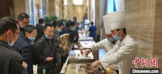 11月20日,首届中国牛・优质牛肉专家现场品鉴暨第二届平凉红牛节在甘肃平凉开幕。 魏建军 摄