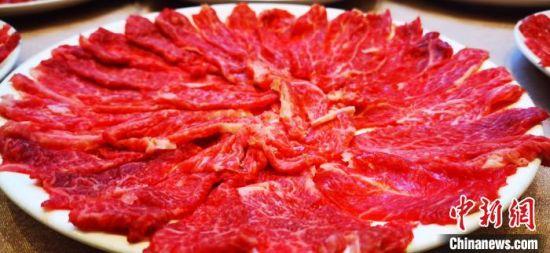 图为平凉红牛鲜切肉牛。 魏建军 摄